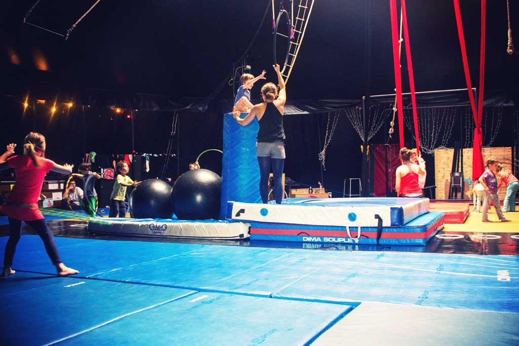 Spectacle insolite le cirque lectrique happy city - Le cirque electrique porte des lilas ...