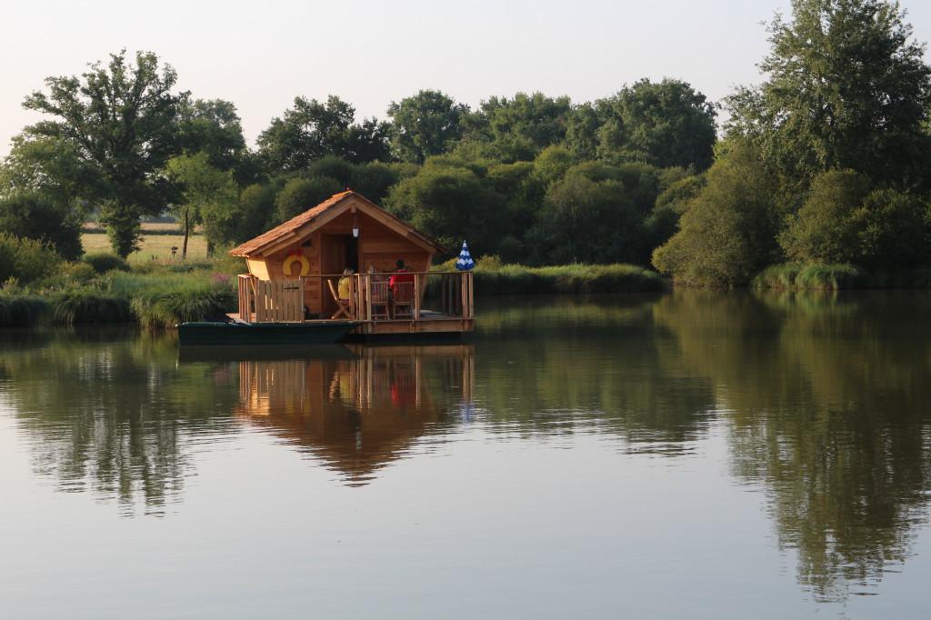 cabane-familiale-flottante-a-pressac-ideecadeau-fr_332223-fa10d3fb